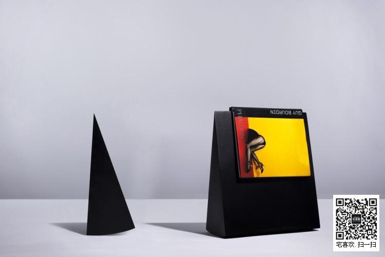 他的生意伙伴Joana皮尼奥介绍了日本时装设计师三宅一生和德国空间照明设计师阿拉德与他合作。保罗Cocksedge设计和制造视觉逮捕surreally灯光雕塑的形式,廉价的材料与精致的手工玻璃结合,代表作品有亚克力尺子、亚克力台灯、不倒翁书架,保罗能够根据开关或关闭放置花卉或一个花瓶或加入了杆铅笔在一张纸上。出生在伦敦于1978年,在伦敦皇家艺术学院研究了Cocksedge工业设计在谢菲尔德哈勒姆大学和产品设计,设计师保罗COCKSEDGE1978年出生是一颗冉冉升起的明星照明空间设计师。COCKSEDG