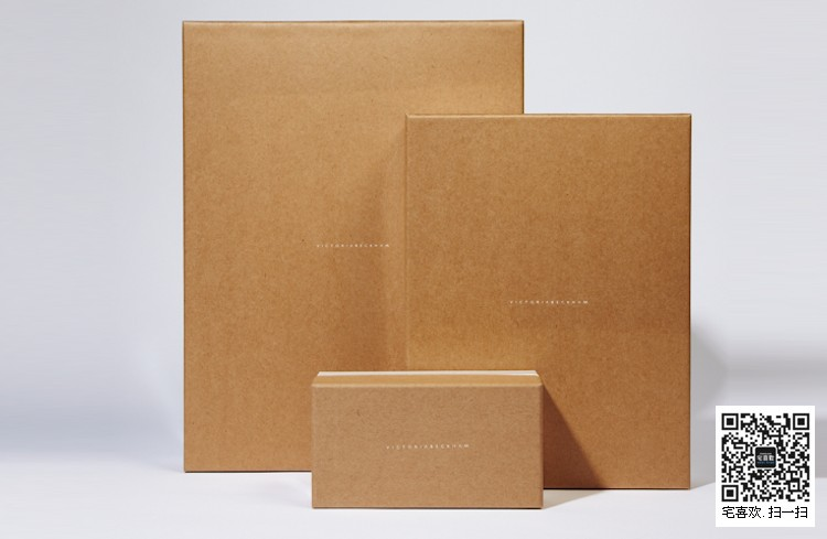 progresspackag英国进步包装公司非常自豪的是,自成立那天起至今不但包装结构设计能力很强而且平面设计能力也不输给大师级别的陈幼坚叔叔,progresspackaging通常是根据客户提供的图形,结合特种纸、烫金工艺、生产设计等显示自己最好的能力。要做好纸盒包装、礼品包装、纸袋设计,progresspackaging 英国进步包装设计公司觉得有必要充分了解的包装材料和制造工艺力学。因此,进展的目的是提供设计和生产中所涉及的制造工艺之间的供应商管理接口。progresspackag主要为ADORA,