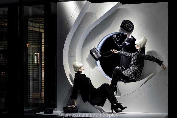 香奈儿 (Chanel) 加拿大多伦多总店春夏橱窗陈设,橱窗展示了2014春夏预告系列女装,香奈儿2014春夏橱窗设计坚持Chanel品牌经典黑白色为主题,陈列师2014橱窗展示以黑白色将Chanel的低调奢华表现的淋漓尽致,香奈儿春夏橱窗里高雅低调的奢华模特魂钩人间400年都叫兽【度撰】  编辑: