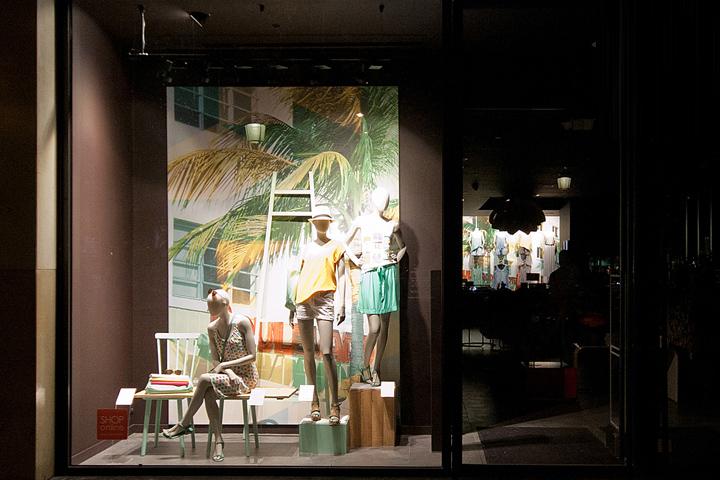 时尚女装春夏橱窗设计_陈列技巧,陈列设计,服装店陈列,实木衣架【模特图片